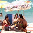 Júlia Oristanio, ex de Rafael Vitti, se diverte com amigo em tarde de praia no Rio de Janeiro