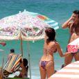 Júlia Oristanio, ex de Rafael Vitti, exibe boa forma na praia com amigo nesta sexta-feira, dia 06 de janeiro de 2017