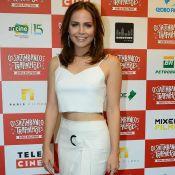 Letícia Colin usa look off white e deixa barriga à mostra em evento. Veja fotos!