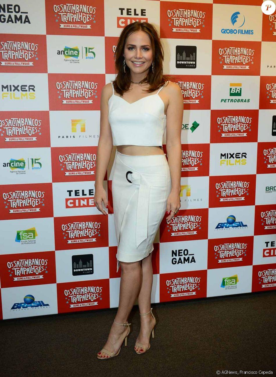 Letícia Colin usa look off white e deixa barriga à mostra em pré-estreia do filme