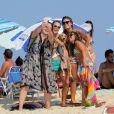 Paolla Oliveira estava acompanhada por amigas e posou para uma selfie com elas