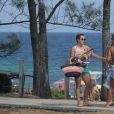 Paolla Oliveira curtiu a praia da Reserva, na Zona Oeste do Rio, neste domingo, 8 de janeiro de 2017. De shortinho, a atriz não dispensou a peça nem para dar um mergulho no mar