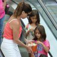 Giovanna Antonelli comprou pipoca para as meninas