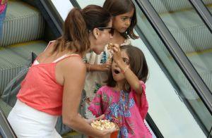 Giovanna Antonelli leva as filhas gêmeas ao cinema e ganha pipoca na boca