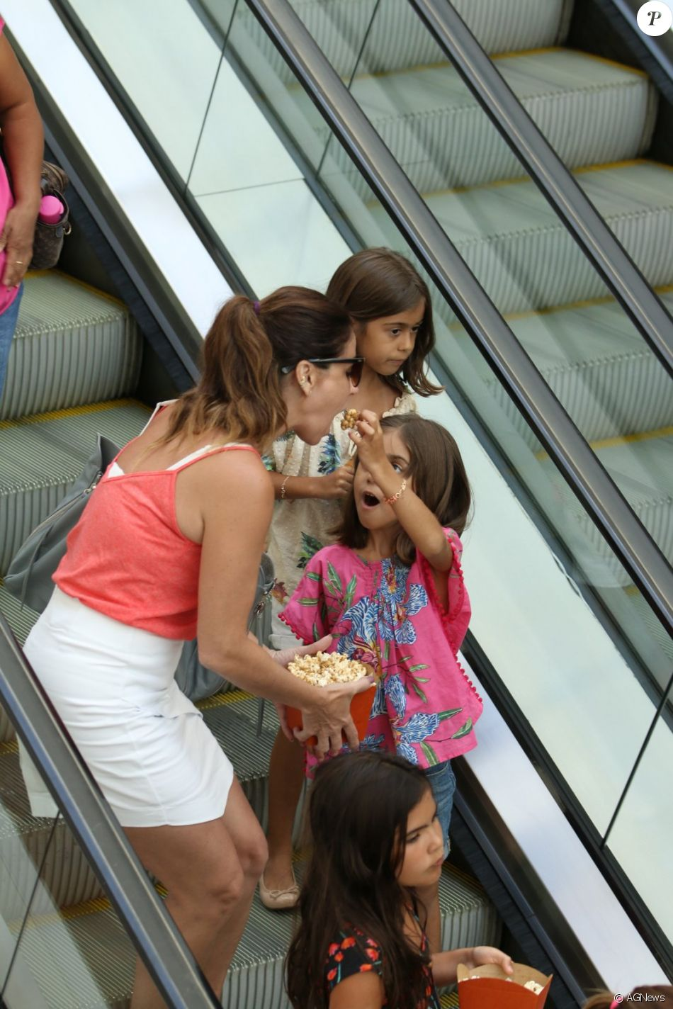 Giovanna Antonelli levou as filhas gêmeas, Antonia e Sofia, ao cinema neste domingo, 8 de janeiro de 2017