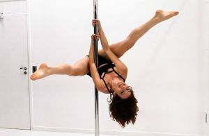 Vídeo: Bianca Müller, a Analu da novela 'A Lei do Amor', arrasa no pole dance