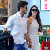 Camila Queiroz e Klebber Toledo circulam por aeroporto do Rio de mãos dadas