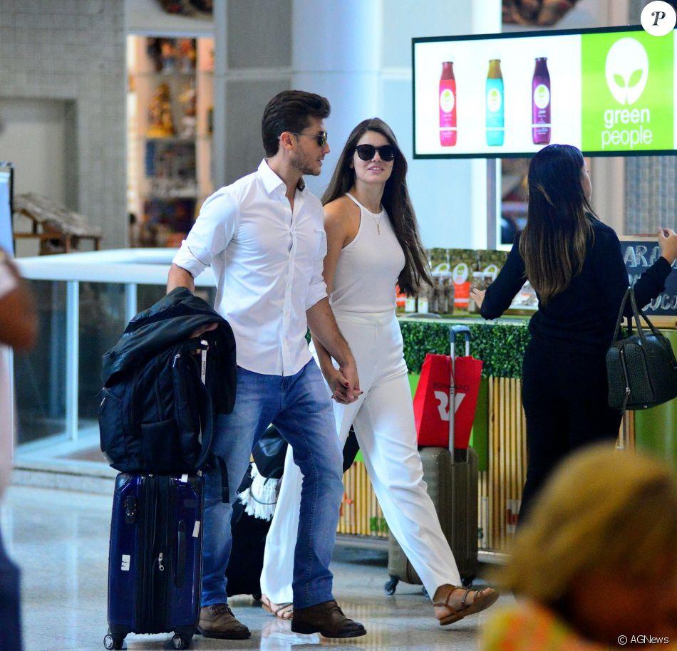 Camila Queiroz e Klebber Toledo circulam por aeroporto do ... Jennifer Aniston Brad Pitt