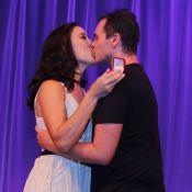 Vai ter casamento! Adriana Birolli aceita pedido em palco de teatro. Veja fotos!
