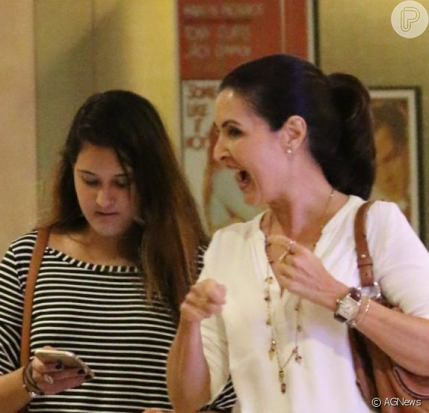 Fátima Bernardes passeou acompanhada da filha Beatriz e de uma amiga em shopping da Barra da Tijuca, Zona Oeste do Rio de Janeiro, na noite desta segunda-feira, 16 de janeiro de 2017