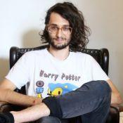 'BBB17': Pedro Falcão é viciado em games, usa vestido e herdou óculos do bisavô