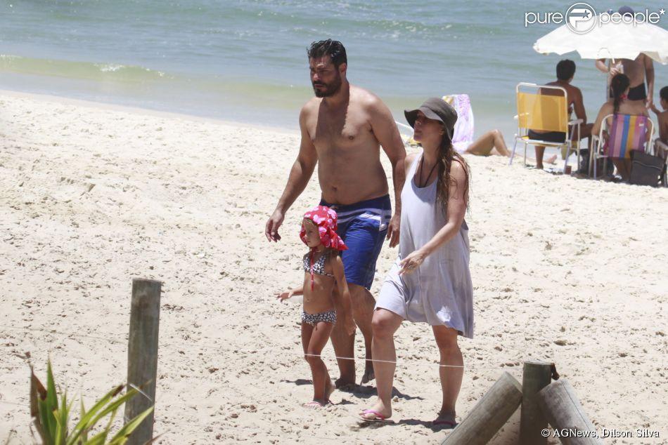 Thiago Lacerda curte praia com a mulher grávida, Vanessa Lóes, e com os filhos, Gael e Cora, em 29 de janeiro de 2014