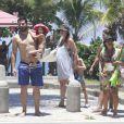 Thiago Lacerda e Vanessa Lóes deixam a praia da Barra da Tijuca acompanhados dos filhos, Gael e Cora