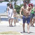 Thiago Lacerda e Vanessa Lóes, grávida de cinco meses, deixam a praia com os filhos, Gael e Cora