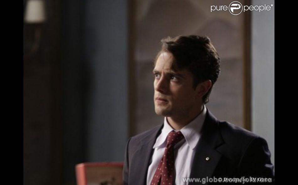 Viktor (Rafael Cardoso) conta ao delegado que Silvia (Nathalia Dill)está viva e esteve com ele, mas está desaparecida, em 'Joia Rara', em 10 de fevereiro de 2014
