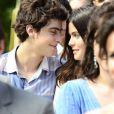 Laerte (Eike Duarte) e Helena (Julia Dalavia) trocam juras de amor às escondidas, no primeiro capítulo de 'Em Família'