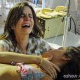 Chica (Juliana Araripe) se desespera ao ver Helena (Julia Dalavia) inconsciente no primeiro capítulo de 'Em Família'
