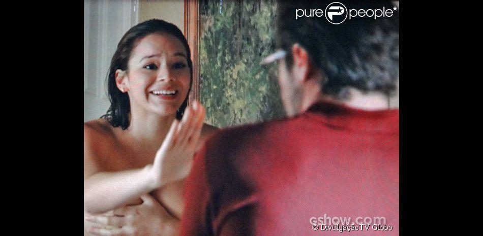 Helena (Bruna Marquezine) deixa a toalha escapar e fica nua na frente de Fernando (Antonio Sabóia), que fica todo sem graça, no primeiro capítulo de 'Em Família'