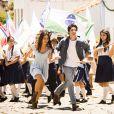 Helena (Julia Dalavia) e Laerte (Eike Duarte) correm juntos pelas ruas de Esperança no primeiro capítulo de 'Em Família'