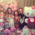 Sabrina Sato posa ao lado de Mirella Santos, Dona Kika e Matheus Mazzafera em sua festa surpresa de aniversário