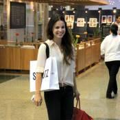 Sthefany Brito, prestes a viajar para Guatemala, faz compras no Rio