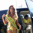 Nomeada Rainha da Banda Amigos da Barra da Tijuca, Nicole Bahls optou por look curto e justo, na cor dourada, para o desfile do bloco de rua, na tarde de domingo, 12 de fevereiro de 2017