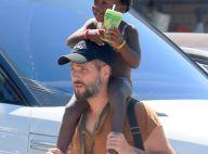 Bruno Gagliasso carrega a filha, Títi, nas costas após aula de natação. Fotos!