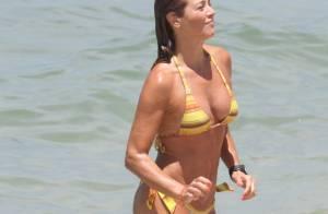 Aos 45 anos, Christine Fernandes exibe corpo enxuto em dia de praia