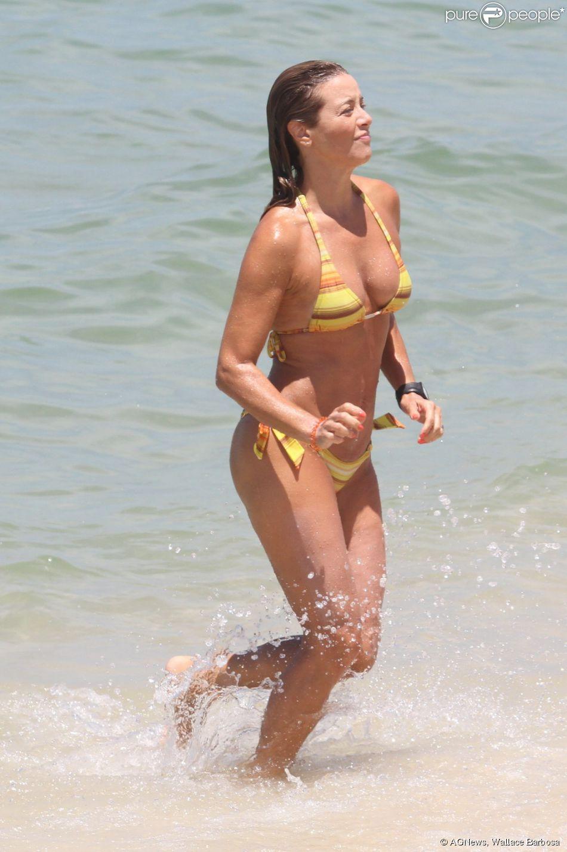 Christine Fernandes se refrescou na tarde deste domingo, 09 de fevereiro de 2014, com mergulho na praia da Barra da Tijuca