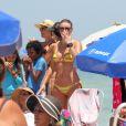 Christine Fernandes vai à praia com amigas na Barra da Tijuca, na Zona Oeste do Rio de Janeiro