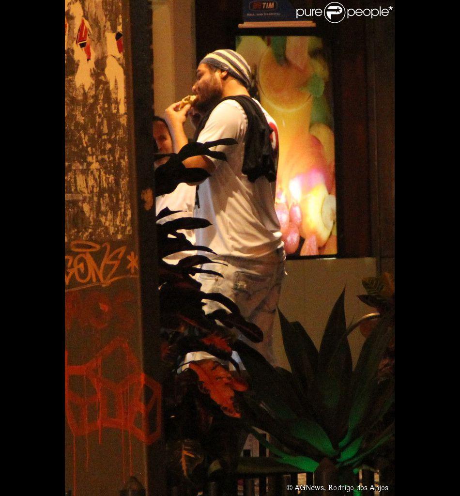 Thiago Lacerda saboreia salgadinho em lanchonete no Leblon, Rio de Janeiro