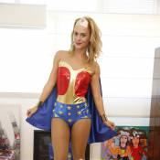 Carolina Dieckmann se fantasia de Mulher Maravilha para bloco de Preta Gil