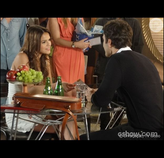 Laerte (Gabriel Braga Nunes) vai atrás de Luiza (Bruna Marquezine) em uma festa e André (Bruno Gissoni) os flagra juntos, na novela 'Em Família', em março de 2014