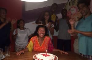 Regina Casé ganha festa surpresa e toma banho de rio no aniversário: 'To amando'