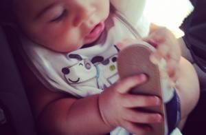 Juliana Paes posa sorridente com o filho caçula, Antonio, de 7 meses: 'Amor!'
