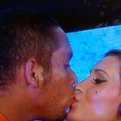 Andressa Urach beija gari na boca em transmissão de bastidores do Carnaval de SP