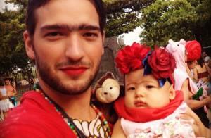 Humberto Carrão se fantasia de Frida Kahlo para curtir bloco de Carnaval