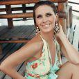 Carolina pososu com uma produção sofisticada e maxibrincos, tendência de acessórios da estação