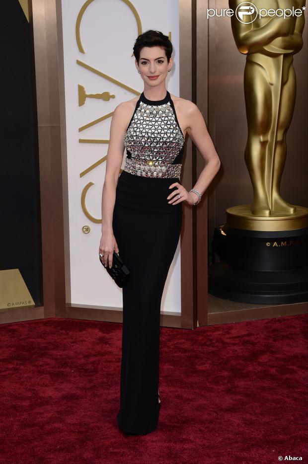 Cate Blanchett, eleita a Melhor Atriz pela Academia, usou um longo nude com pedrarias da Armani Privé