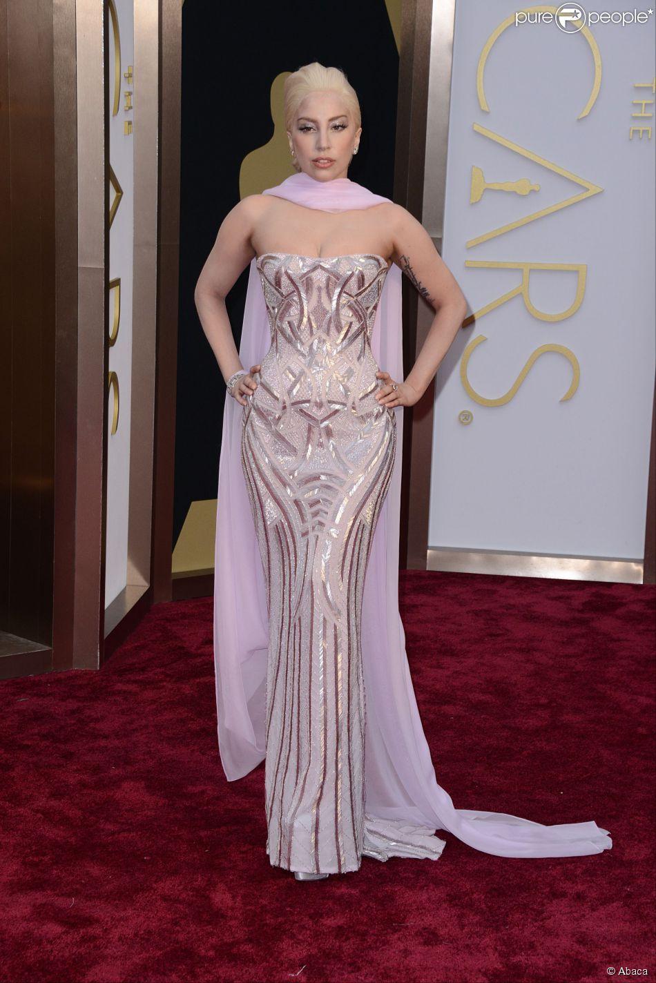 3100159507 Lady Gaga usou um vestido tomara que caia da grife italiana Versace ...