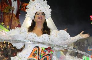 Fabiana Karla desfila de noiva com o marido e renova votos no Carnaval