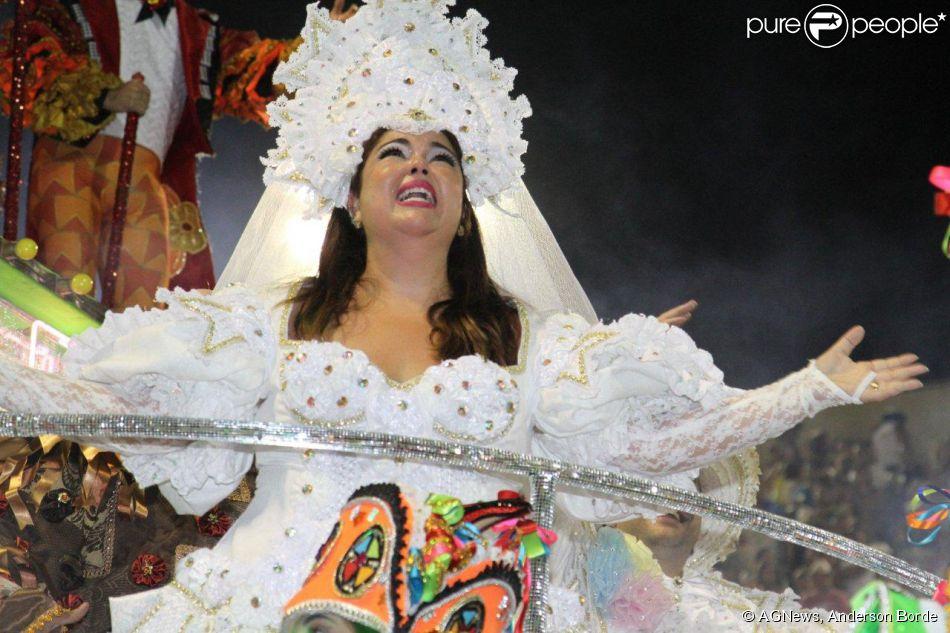 Fabiana Karla desfila vestida de noiva pernambucana pela Mocidade Independente de Padre Miguel, no Rio, em 3 de março de 2014