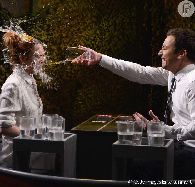 Lindsay Lohan é molhada por Jimmy Fallon no programa 'The Tonight Show', em 6 de março de 2014