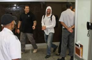 Ricky Martin desembarca em aeroporto no Rio e causa alvoroço entre fãs