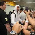 Ricky Martin desembarca no Rio de Janeiro e causa alvoroço entre fãs; cantor mandou beijo e posou simpático para fotos