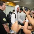Ricky Martin cumprimenta fãs ao chegar no Rio de Janeiro