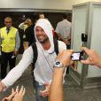 Ricky Martin desembarca no Rio de Janeiro e causa alvorço em aeroporto