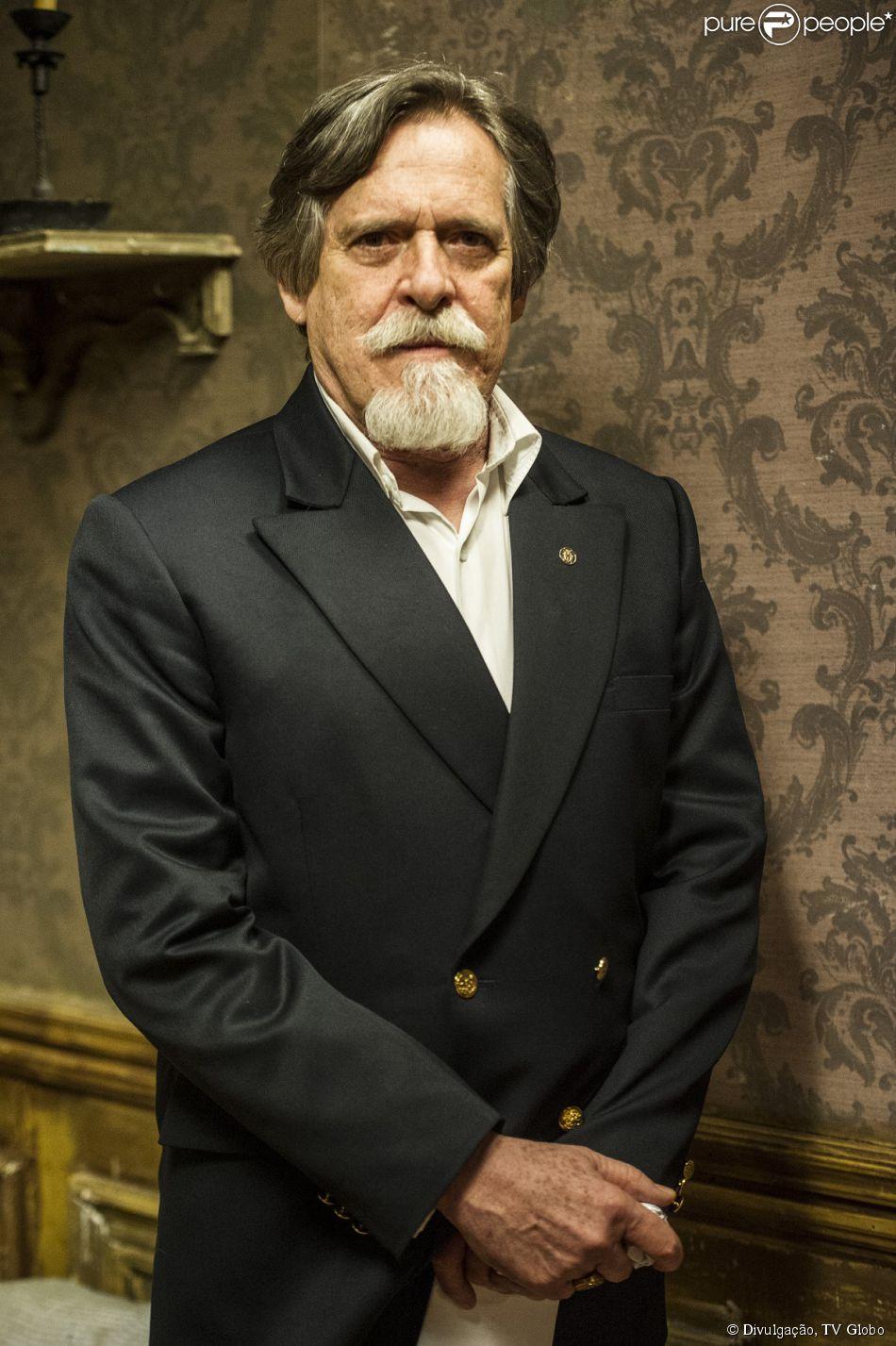 Ernest (José de Abreu) sofre um acidente e entra em coma, em 'Joia Rara', em 17 de março de 2014