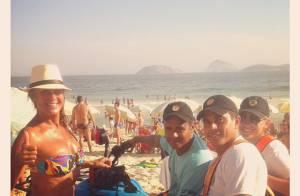 Helô Pinheiro, aos 68 anos, exibe corpão nas areias da praia de Ipanema, no Rio
