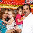 Betty Goffman, Hugo Barreto e suas filhas, Alice e Helena no batizado na Roque, filho caçula de 8 meses de Regina Casé, em Mangaratiba, no Rio de Janeiro, no sábado, 15 de março de 2014
